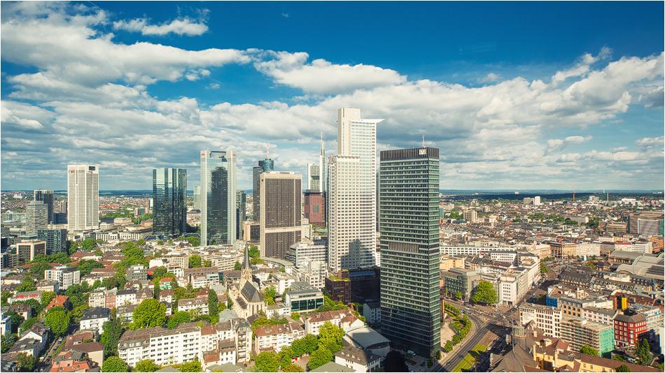 Skyline von Frankfurt bei strahlendem Sonnenschein